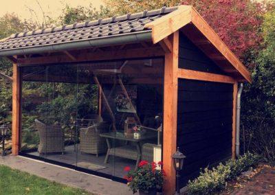 Glazen verasol glaswand in douglas houten overkapping Livingstone Goes Zeeland