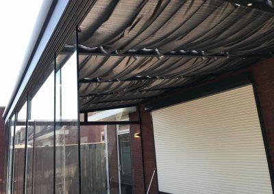 Handmatige zonwering in een Verasol overkapping. Geleverd door Livingstone Goes, Zeeland